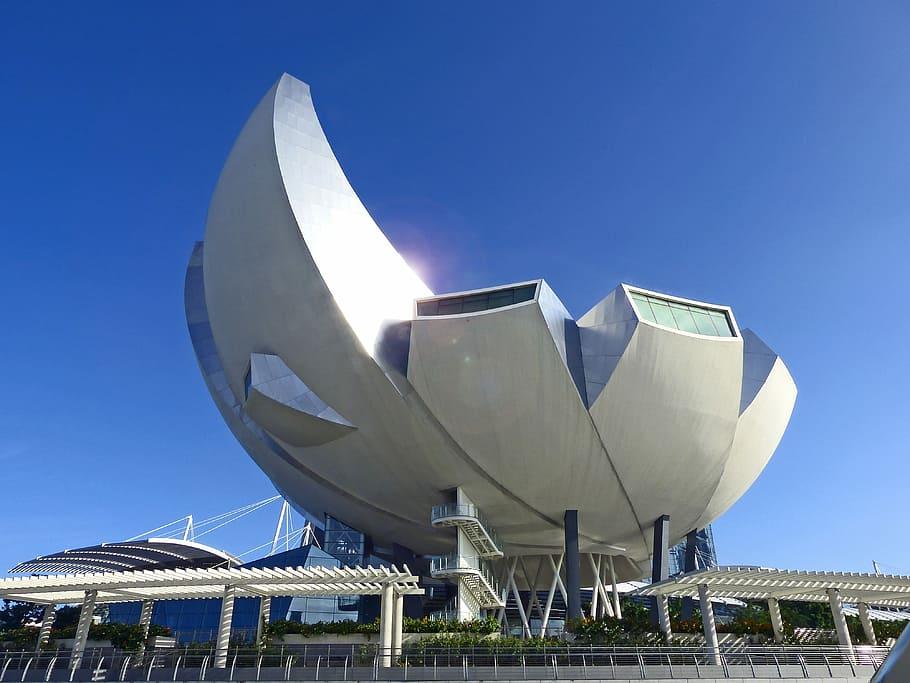 singapore-art-science-museum-blue-sky-landmark